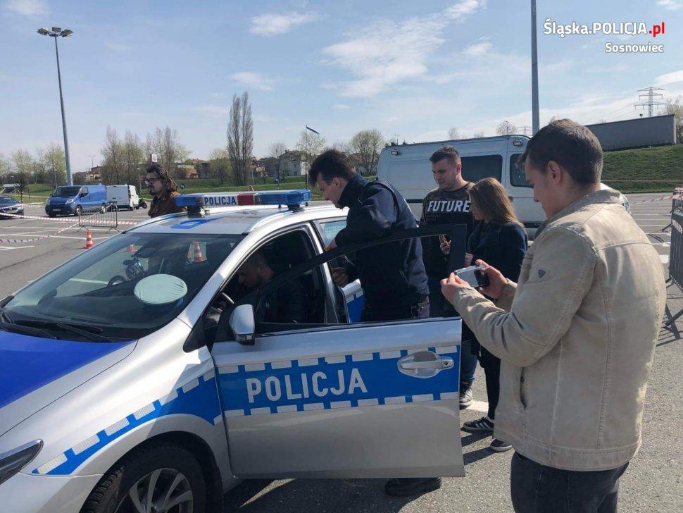 """""""Dawcy uśmiechu"""" wspólnie z policjantami na rzecz bezpieczeństwa"""