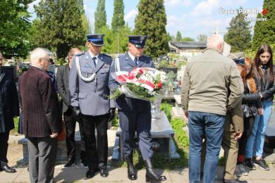 Policjanci złożyli kwiaty na sosnowieckim cmentarzu z okazji obchodów Dnia Zwycięstwa